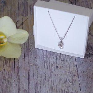 Otroška srebrna ogrlica Mucek bela perlica Swarovski