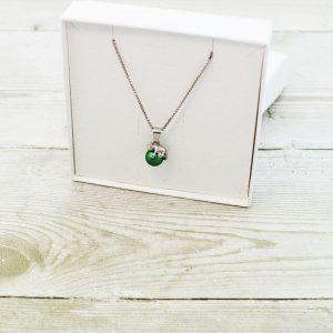 Otroška srebrna ogrlica Mucek zelena perlica Swarovski